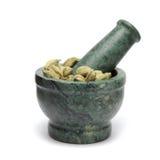 Cardamomo verde orgánico y x28; Cardamomum& x29 del Elettaria; en la maja de mármol foto de archivo