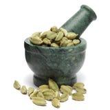 Cardamomo verde orgânico & x28; Cardamomum& x29 do Elettaria; no pilão de mármore Foto de Stock Royalty Free