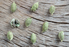 Cardamomum na drewnianym tle Zdjęcie Royalty Free