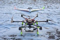 Cardan d'appareil-photo de bourdon de carbone de modèle d'avion de mousse de FPV photo stock