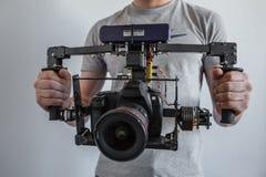 Cardan de carbone d'appareil-photo avec l'appareil-photo de dslr avec des mains de l'homme photo libre de droits
