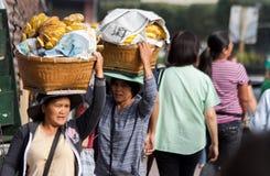 Cardava banangatuförsäljare i den Baguio staden, Filippinerna royaltyfri fotografi
