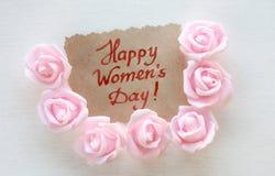 Carde al día del ` s de las mujeres, rosas rosadas Imagenes de archivo