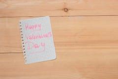 Carde com dia de Valentim feliz no fundo de madeira Fotos de Stock