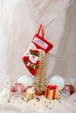 Carde el abeto del Año Nuevo y los regalos y acción metálicos Fotos de archivo libres de regalías