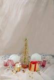 Carde el abeto y los regalos metálicos, bola del Año Nuevo Fotos de archivo