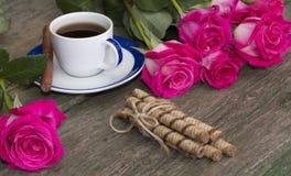 Carde la vida inmóvil, el café, las rosas y las galletas Foto de archivo libre de regalías