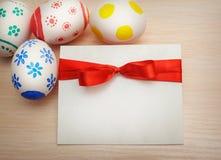 Carde los huevos de Pascua coloreados con el espacio para su texto Imágenes de archivo libres de regalías