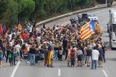 Cardedeu, Каталония, Испания, 3-ье октября 2017: paceful люди режа шоссе стоковые фотографии rf