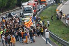Cardedeu, Каталония, Испания, 3-ье октября 2017: paceful люди режа шоссе стоковая фотография rf