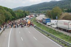 Cardedeu, Каталония, Испания, 3-ье октября 2017: paceful люди режа шоссе стоковые изображения rf