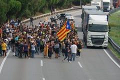 Cardedeu, Catalonië, Spanje, 3 Oktober, 2017: paceful mensen die de weg afsnijden royalty-vrije stock afbeeldingen