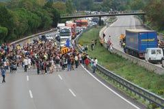 Cardedeu, Catalonië, Spanje, 3 Oktober, 2017: paceful mensen die de weg afsnijden stock afbeelding