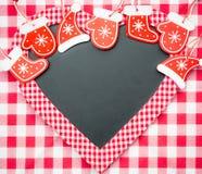 Cardez le blanc dans la forme de coeur avec des décorations d'arbre de Noël Photographie stock