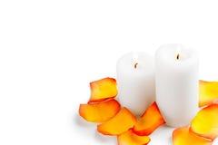 Cardez le jour du ` s de Valentine avec des pétales de rose et des bougies brûlantes Image libre de droits