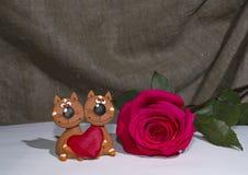 Cardez le minou et une rose pour le jour du ` s de Valentine Photo libre de droits