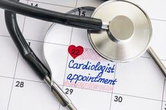 Cardiólogo Appointment del recordatorio en calendario con el estetoscopio Fotografía de archivo