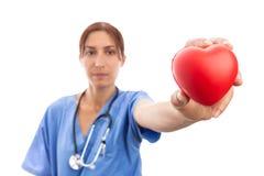 Cardiólogo de la mujer que lleva a cabo forma roja del corazón foto de archivo