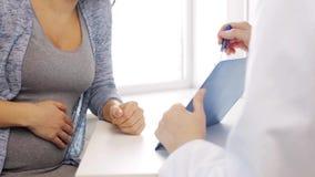 Cardiólogo y mujer embarazada en el hospital metrajes