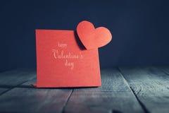 Cardi il giorno felice del ` s del biglietto di S. Valentino nei vecchi precedenti di legno Immagine Stock Libera da Diritti