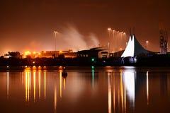 Cardiff fjärd på natten Royaltyfri Bild