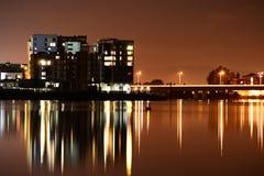 Cardiff fjärd på natten Royaltyfri Fotografi