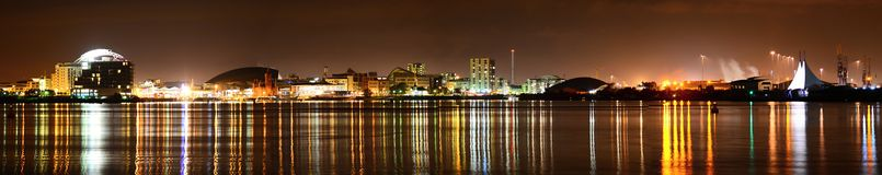 Cardiff fjärd på natten Royaltyfria Foton