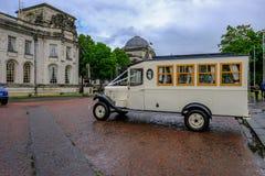 Cardiff, Gales - 20 de maio de 2017: Veículo do casamento que espera fora Fotos de Stock Royalty Free