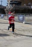 CARDIFF, GALES - 23 DE MARÇO: Homens não identificados/menino que corre em supl. Fotos de Stock Royalty Free