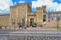 Cardiff, País de Gales - 20 de mayo de 2017: Entrada del castillo de Cardiff imágenes de archivo libres de regalías