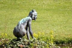 CARDIFF/UK - 4月19日:女性雕象在圣Fagan庭院里  图库摄影