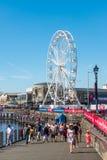 CARDIFF/UK - AUGUSTI 27: Ferris Wheel i Cardiff på Augusti 27, 2 Royaltyfri Bild