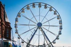 CARDIFF/UK - AUGUSTI 27: Ferris Wheel i Cardiff på Augusti 27, 2 Arkivfoto