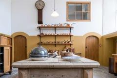 CARDIFF/UK - 19 DE ABRIL: Cocina del castillo en el nacional del St Fagans el suyo fotos de archivo