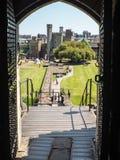 CARDIFF, WALES - JUNI 8: Mening van gounds van het Kasteel F van Cardiff royalty-vrije stock foto