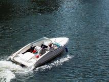 CARDIFF WALES - JUNI 8: Snabb motorbåtritt längs floden Taff in arkivbilder