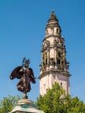 CARDIFF, WALES - JUNI 8: Standbeeld van Vrede en het Stadhuis van Cardiff stock afbeeldingen