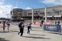 CARDIFF, WALES - 23. MÄRZ: Nicht identifiziertes Erwachsen-/Kinderlaufen Stockfotos