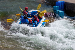 CARDIFF, WALES/UK - 18 DE MAYO: Deportes acuáticos en la Cardiff Interna imagen de archivo libre de regalías