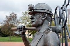 CARDIFF, WALES/UK - 16 DE NOVIEMBRE: Hoyo para virar sculptu del minero hacia el lado de babor de carbón Imagen de archivo