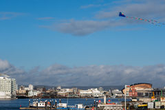 CARDIFF, WALES/UK - 26. DEZEMBER: Drachen, der über Cardiff-Bucht I fliegt Lizenzfreie Stockfotos