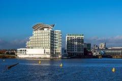 CARDIFF, WALES/UK - GRUDZIEŃ 26: St David hotel wewnątrz & zdrój zdjęcia stock