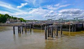 Cardiff zatoka Walia, Maj, - 21, 2017: Zapory i kędziorków widok od t Obrazy Royalty Free
