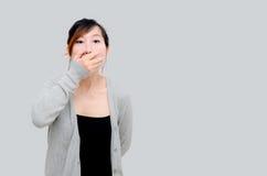 Cardigan gris de port modèle de femme asiatique chinoise Photo stock
