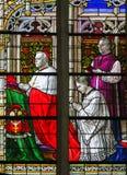 Cardinal se mettant à genoux - verre souillé dans la cathédrale de Mechelen Photo libre de droits