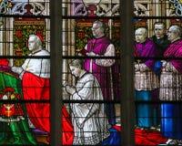 Cardinal se mettant à genoux - verre souillé dans la cathédrale de Mechelen Photos libres de droits