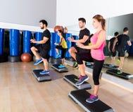 Cardio группа танца шага на тренировке спортзала фитнеса Стоковая Фотография