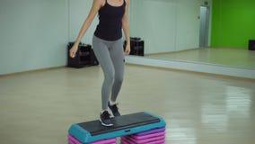 Cardio addestramento Giovane donna sportiva che si esercita nella palestra stock footage