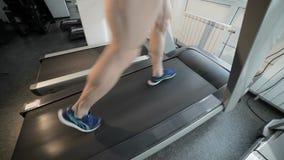 Cardio addestramento su una pedana mobile video d archivio