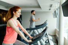Cardio allenamento della gente in palestra Immagine Stock